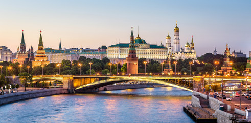 Fototapete - Moscow Kremlin at Moskva River, Russia. Beautiful view of the famous Moscow city center in summer. Panorama of old Moscow Kremlin and Bolshoy Kamenny Bridge at sunset. Moscow cityscape in evening.