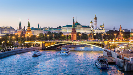Fototapete - Moscow Kremlin at night, Russia. Beautiful view of the Moscow city center in summer. Panorama of famous Moscow Kremlin and Bolshoy Kamenny Bridge. Moscow cityscape with tourist ships on Moskva River.