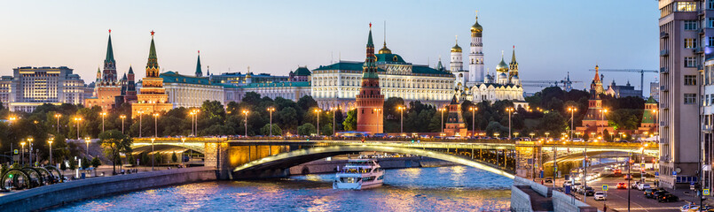 Fototapete - Moscow Kremlin at night, Russia. Panoramic view of the Moscow city center in summer. Moscow cityscape with Moskva River in evening. Panorama of old Moscow Kremlin and Bolshoy Kamenny Bridge at dusk.