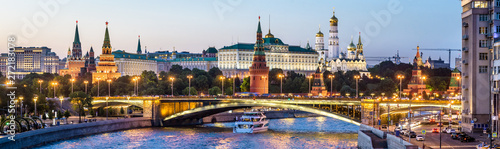 Fototapete Moscow Kremlin at night, Russia. Panoramic view of the Moscow city center in summer. Moscow cityscape with Moskva River in evening. Panorama of old Moscow Kremlin and Bolshoy Kamenny Bridge at dusk.