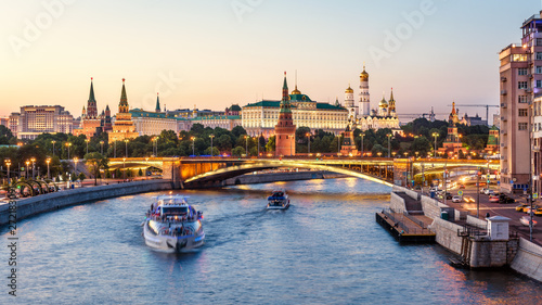 Fototapete Moscow Kremlin at Moskva River, Russia. Beautiful view of the famous Moscow city center in summer. Panorama of old Moscow Kremlin and Bolshoy Kamenny Bridge at sunset. Moscow cityscape in evening.