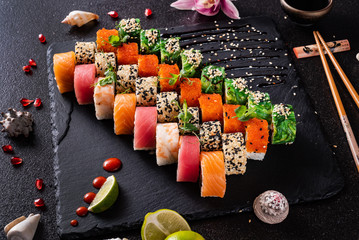 Photo sur cadre textile Sushi bar sushi on the black background