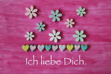 Ich liebe dich auf Karte mit Dekoration Herzen und Blumen auf Hintergrund in  Pinl