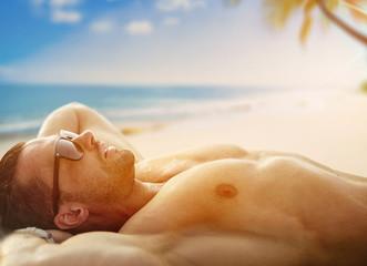 Fond de hotte en verre imprimé Artiste KB Handsome, muscular man relaxing on a tropical beach