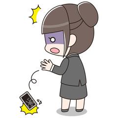 スマートフォンを落としてしまったスーツの女性(画面割れ)