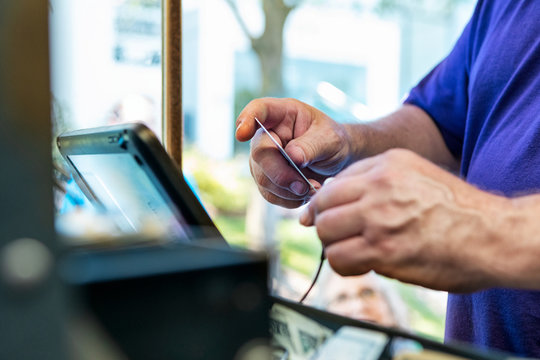 Food Truck: Chef Uses Card Reader To Process Credit Payment