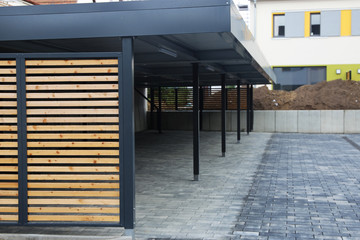 Fototapeta Moderne Carport-Anlage bei einem Mehrfamilienhaus obraz