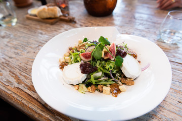 Salad with goatcheese and figs
