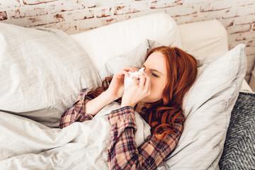 Junge Frau Krank im Bett auf Couch