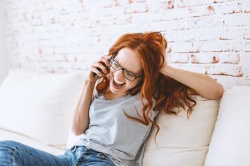 junges schöne rothaarige frau beim telefonieren