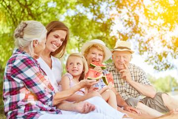 Familie mit Kind beim Melone essen im Sommer