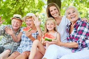 Erweiterte Familie macht Ausflug im Sommer