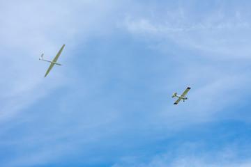 Motorflugzeug mit Segelflugzeug an der Schleppleine. Standort: Deutschland, Nordrhein-Westfalen, Borken,