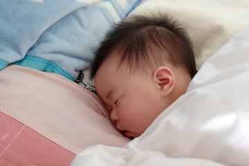 寝ている可愛い赤ちゃんのアップ写真