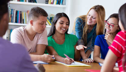 Südamerikanische Studentin lernt mit anderen Studenten