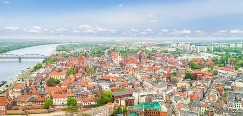 Krajobraz Torunia z lotu ptaka. Panorama starego miasta z rzeką Wisłą i Katedrą.