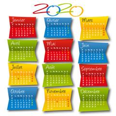 Calendrier décoratif 2020 en version française, avec les 12 mois présentés sur les morceaux de papier de couleurs vives, pliés en deux