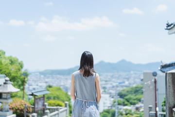 神社仏閣を巡る女性