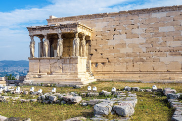 Fototapete - Erechtheion temple with Caryatid Porch on the Acropolis, Athens, Greece. Famous Acropolis hill is a main landmark of Athens. Ancient Greek ruins in Athens center. Remains of antique Athens in summer.