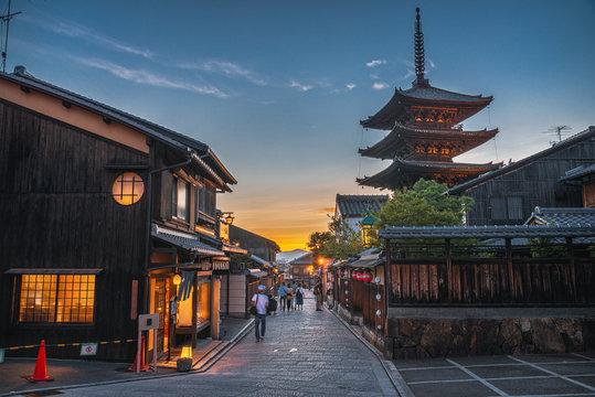 京都 夕暮れの八坂の塔