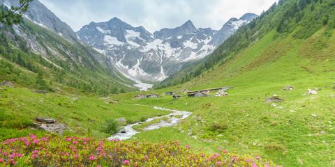 Fototapete - Panorama von Almhütten mit Gletscher im Hintergrund