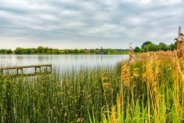Blick über den Serrahner See auf das Dorf Serrahn in Mecklenburg-Vorpommern