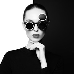 Foto auf AluDibond womenART beautiful young woman with black sunglasses