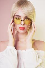 Foto auf Leinwand womenART Sensual stylish woman in erotic white dress. Blue-eyed lady with perfect lips in modern colour sunglasses
