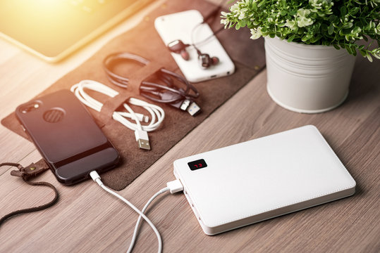 charging smartphone with power bank