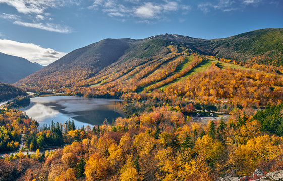 View of Echo Lake from Artist's Bluff in autumn. Fall colours in Franconia Notch State Park. White Mountain National Forest, New Hampshire, USA