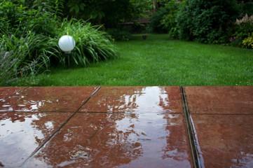 Obraz ogródek odbija się w wodzie na tarasie - fototapety do salonu