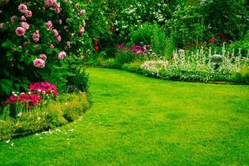 Obraz Garten mit Grünfläche - fototapety do salonu