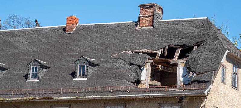Panorama Dach nach einem Sturmschaden Unwetter