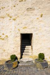 Eingang zum einem Turm in einer Burgruine in der Eifel