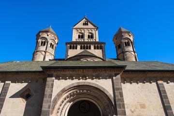 Fassade der Benediktinerabtei Maria Laach in der Eifel