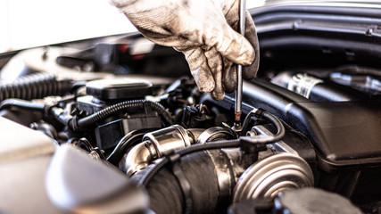 Mechaniker führt Service in der Werkstatt durch