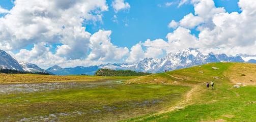 Trekking in alta montagna in primavera