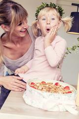 Freude mit Geburtstagskuchen, Tochter und Mutter