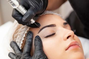 Makijaż permanentny brwi - zabieg w salonie piękności