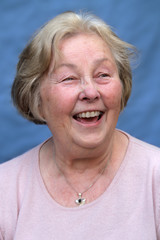 Portrait glückliche Seniorin lacht herzhaft