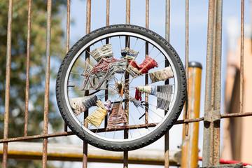 Fahrradfelge am Zaun befestigt