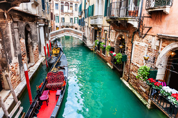 Photo sur Aluminium Venise Scenic canal with gondolas and old architecture in Venice, Italy. famous travel destination
