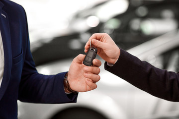 Keys to the car in the hands of the seller and the buyer of the