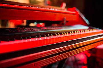 Klaviertasten im Rotlicht