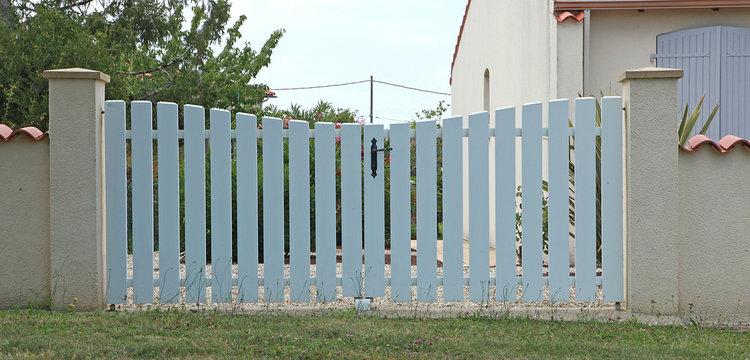 Portail en PVC blanc d'une maison