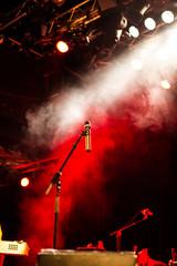 Mikrophon auf rot beleuchteter Bühne
