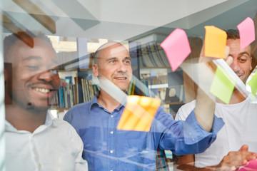 Kreatives Business Team sammelt Projekt Ideen