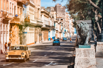 Papiers peints La Havane Antique cars at the famous Prado avenue in Old Havana