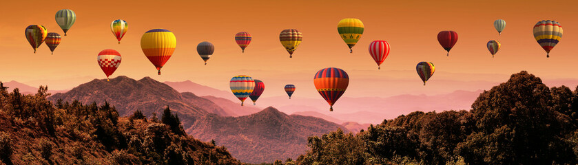 Poster de jardin Montgolfière / Dirigeable Hot air balloon above high mountain at sunset