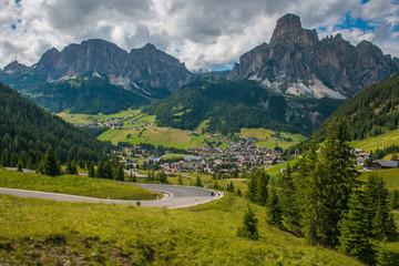 Veduta panoramica di una strada di montagna in Val Badia
